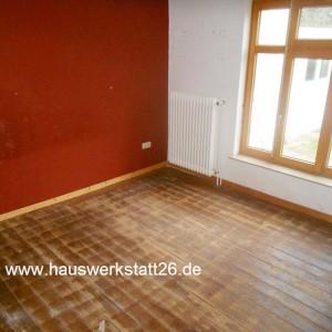 1-Bestandsimmobilie-Bremen-Hemelingen-Holzfussboden-Fichtendielen-mit-Oelfarbe-gestrichen-darauf-Auslegeware-Sachverstaendiger