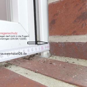 1-Kompriband-oder-Dichtstoff-verhindert-weitgehend-Eintritt-von-Regenwasser